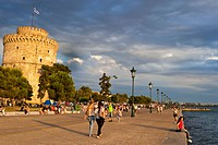 Greece, Macedonia, Thessaloniki, the promenade by the sea Leoforos Nikis and the White Tower, the remains of the 15th century Venetian walls, used as ...