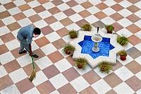 Employee swepting the courtyard, Heritage Hotel Laxmi Vilas Palace, Bharatpur, Rajasthan, North India, India, Asia