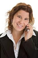 Junge Frau im Anzug telefoniert lachend mit Ihrem Handy