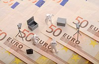 Securing of evidence, miniature figures standing on euro banknotes, symbolic image for error analysis