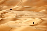 Red sand, tourists climbing the sand dunes that may get over 200 meters high, in the desert Rub'al-Khali or Empty Quarter, Abu Dhabi, United Arab Emir...