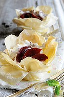 Puff pastry dishes filled with plums and plum cream