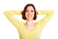 Junge lachende Frau verschränkt ihre Hände hinter dem Kopf