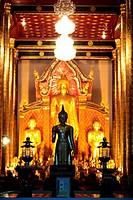 Die Architektur des Wat Chedi Luang Tempel in Chiang Mai im Norden von Thailand.