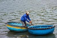 Fischer im traditionellen Rundboot, Vinh Hy, Vietnam, Südostasien