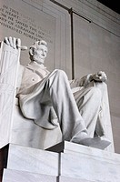 Statue of ABRAHAM LINCOLN at the LINCOLN MEMORIAL on THE MALL _ WASHINGTON DC, DISTRICT OF COLUMBIA, USA