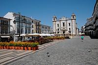 the historical square of Do Giraldo in Evora