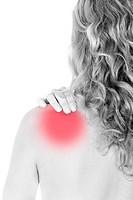 Rückenansicht einer Frau mit Schmerzen im Nacken