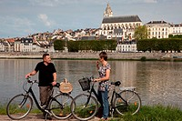 GROUP OF CYCLISTS ON THE BANKS OF THE LOIRE IN FRONT OF THE CATHEDRAL SAINT_LOUIS, ´LOIRE A VELO´ CYCLING ITINERARY, BLOIS, LOIR_ET_CHER 41, FRANCE