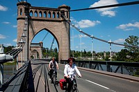 CYCLISTS ON THE BRIDGE IN LANGEAIS, ´LOIRE A VELO´ CYCLING ITINERARY, INDRE_ET_LOIRE 37, FRANCE