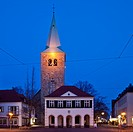 Das alte Rathaus mit der St. Agatha Kirche in der Daemmerung in Dorsten, Ruhrgebiet, Nordrhein Westfalen, Deutschland, Europa.