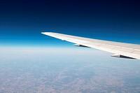 Flügel vom Flugzeug während eines Fluges