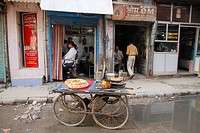 Hairdresser and cart with chapati´s in Delhi, India